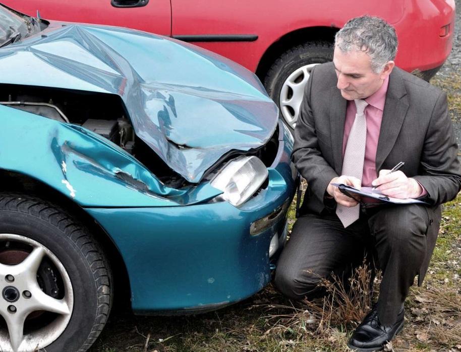 Homme qui inspecte une voiture