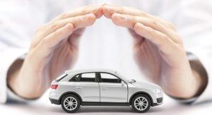 Des mains recouvrant une voiture