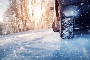 Une voiture sur la neige