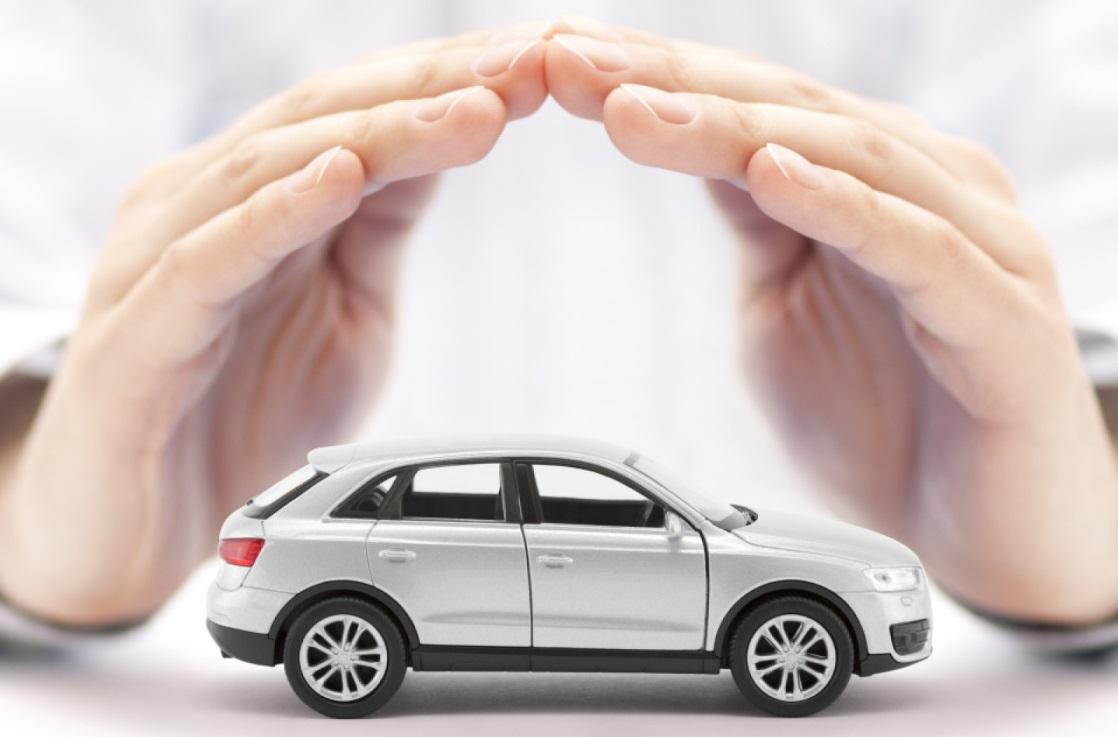 Deux mains au dessus d'une voiture
