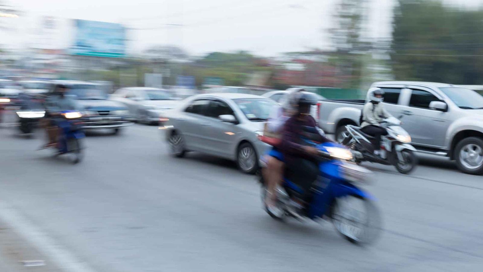 Motos et voitures qui roulent