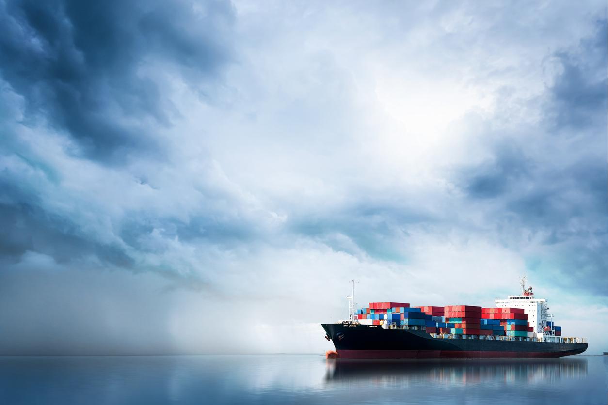 Un bateau transportant des conteneurs en mer
