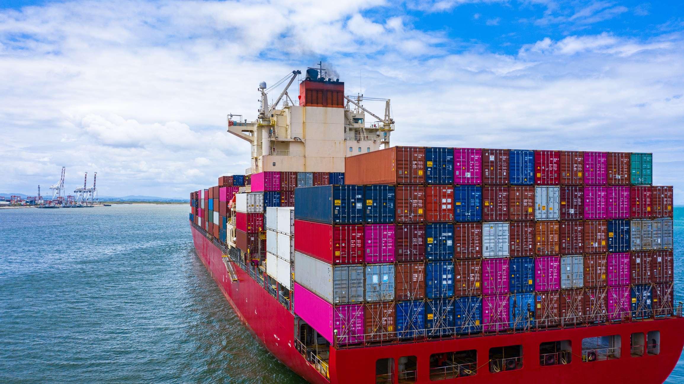 Un bateau transporteur des conteneurs