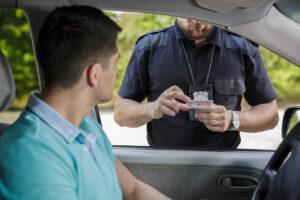 Un homme qui se fait contrôler sur la route par un policier