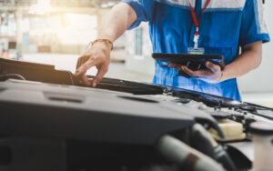 Un homme regardant le moteur d'une voiture