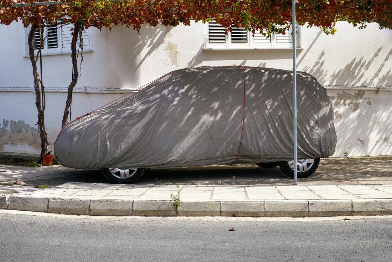 Une voiture avec une bâche dessus