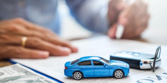 Un homme entrain de signer son assurance auto