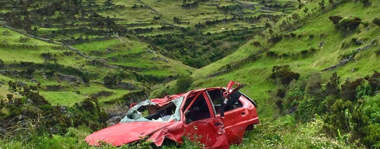 épave rouge voiture abandonnée vallée verte